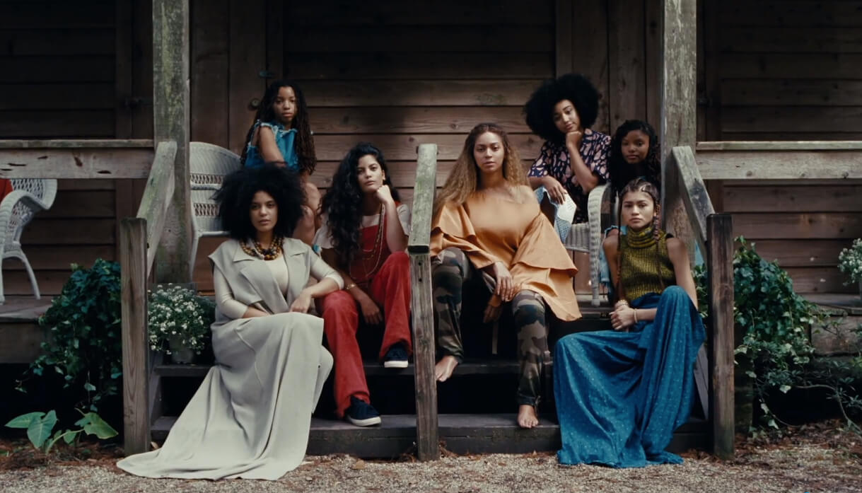 beyonce siedzi z innymi dziewczynami na schodach, kadr z filmu lemonade