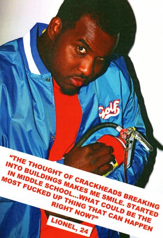 czarnoskóry mężczyzna w niebieskiej varsity i czerwonej bluzce i z gaśnicą