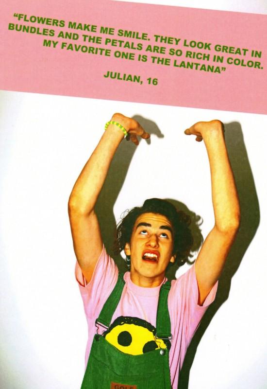 chłopak w zielonych ogrodniczkach i różowym t-shircie