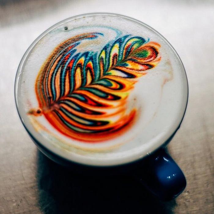 filiżanka z kawą, widziana od góry z kolorowym wzorem na piance