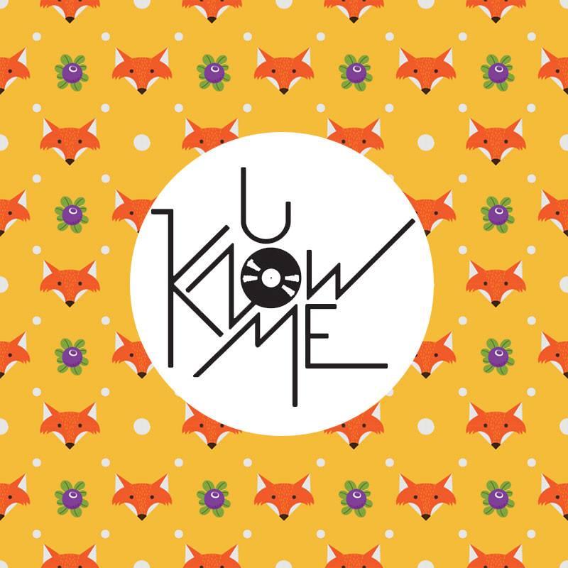 logo wytwórni u know me records, żółte tło, liski i jagody