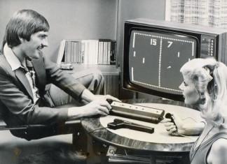 czarno-białe zdjęcie, pan gra w grę, pani coś mówi
