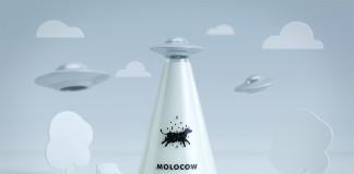 butelka z mlekiem z narysowaną krową i ufo z chmurkami w tle