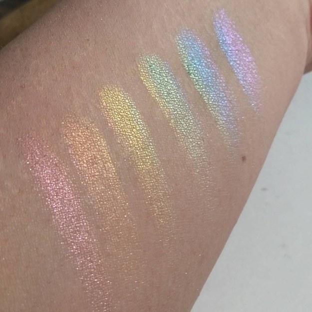 ręka przedstawiająca każdy kolor z tęczowej palety