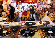 sklep z winylami, płyty winylowe, gramofony z przodu, klienci