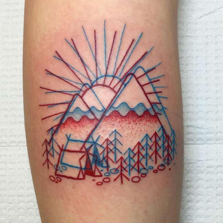 tatuaż 3D wykonany przez Winston the Whale, dwie góry, las, namiot, zachodzące za górami słońce