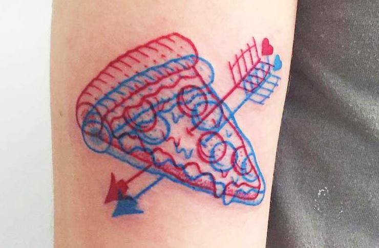 tatuaż trójwymiarowy wykonany przez Winston the Whale, kawałek pizzy przebity strzałą z łuku