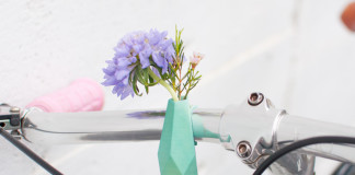 fioletowy kwiat w mietowej doniczce