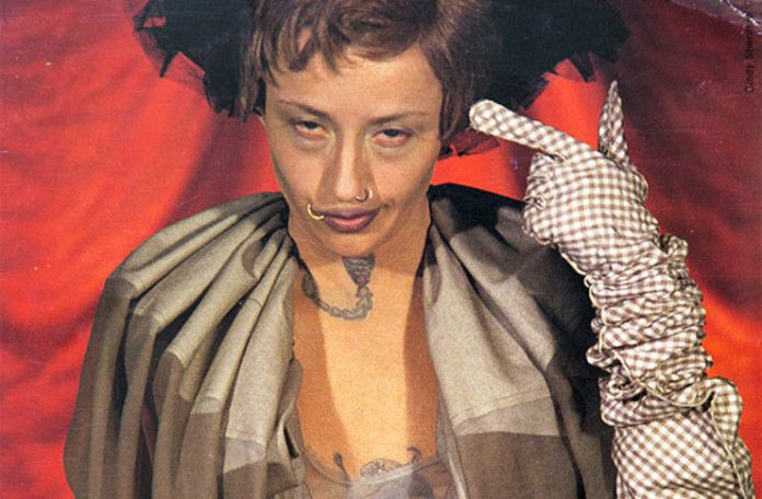 namalowana kobieta wskazująca swoją twarz