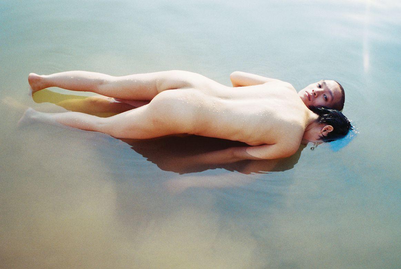 ciała w wodzie na leżące na sobie