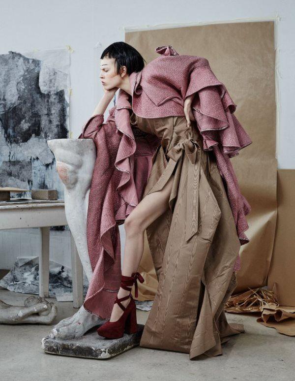 brązowo-różowy kostium od projektantki