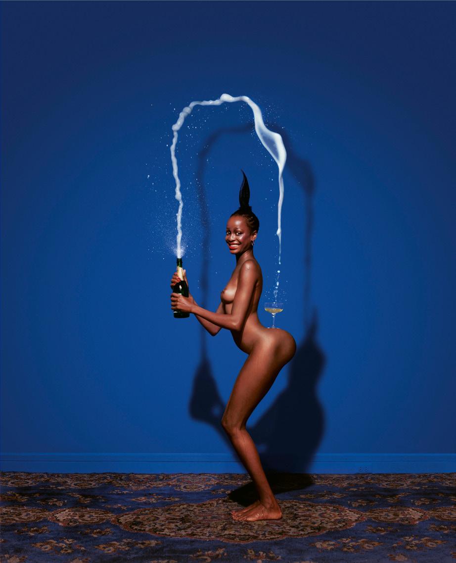 Naga kobieta balansujaca z szampanem na niebieskim tle
