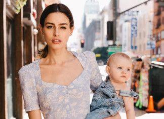 kobieta z jasnej kwiecistej sukience i trzymajaca dziecko