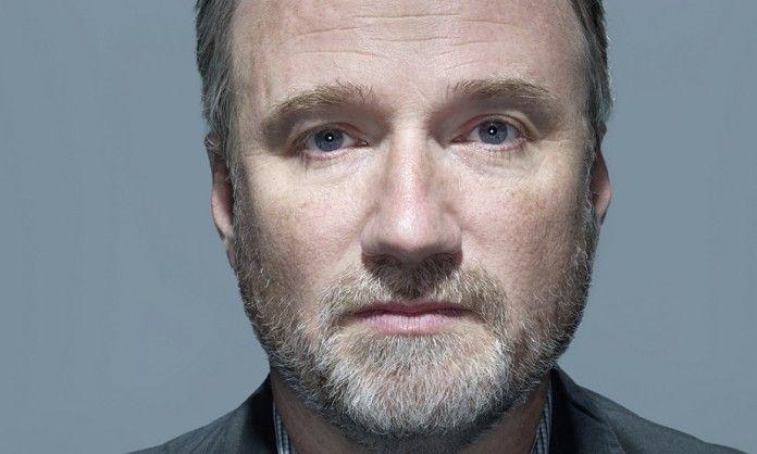 reżyser david fincher na niebieskim tle mocne zbliżenie na twarz