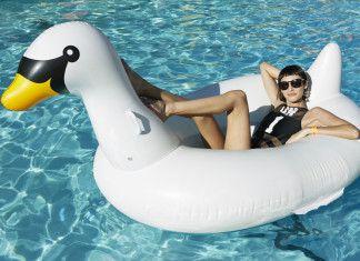 pani w basenie na dmuchanym łabędziu