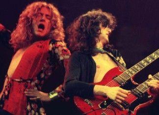 robert plant i jimmy page na scenie gołe klaty page z gitarą plant się wczuwa