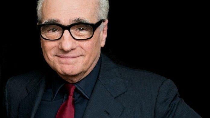 reżyser martin scorsese w garniturze z czerwonym krawatem na czarnym tle