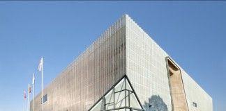 architektoniczny budynek muzeum z oszkloną ścianą