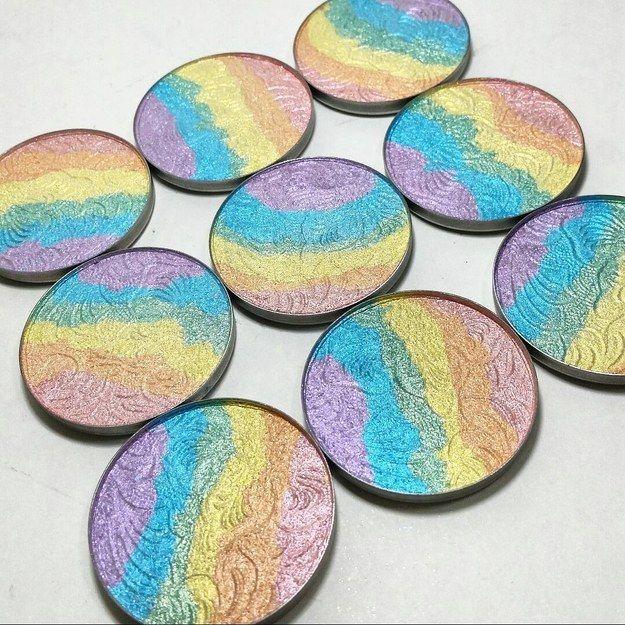 dziewięć paletek rozświetlacza w kolorach tęczy