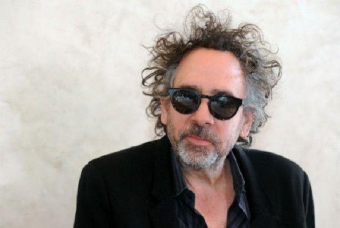 reżyser tim burton w czarnej marynarce i koszuli na białym tle w okularach przeciwsłonecznych poczochrane włosy