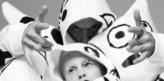 kobieta i mężczyzna w białych kapturach z wzorami