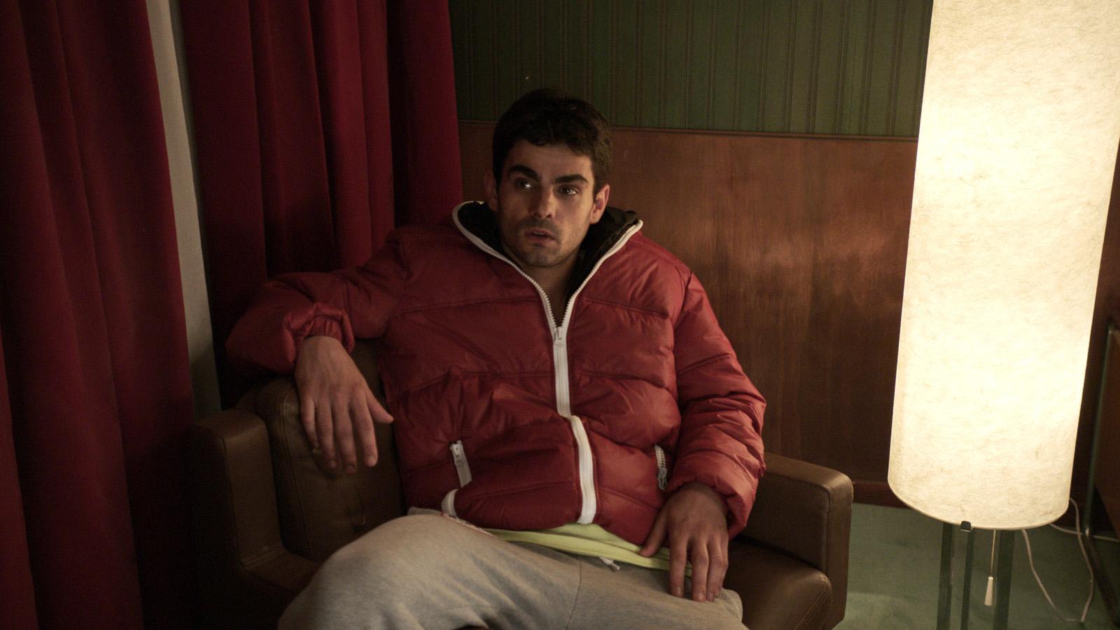 Kadr z filmu Pycha, młody mężczyzna, ciemniejszej karnacji