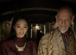 Kadr z filmu 100 lat, przedstawia Johna Malkovicha i Shuye Chang