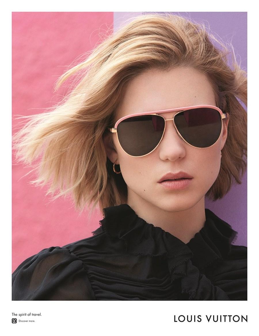 Moda dziewczyna, ma rozwiane krótkie włosy na twarzy ma założone okulary przeciwsłoneczne