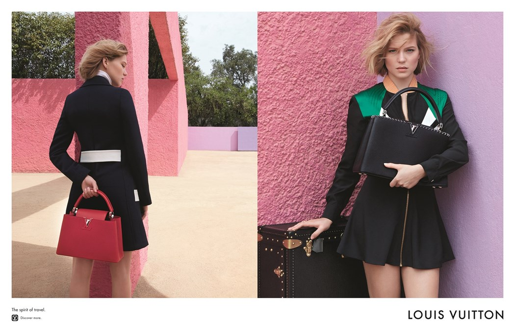 Dwa zdjęcia tej samej dziewczyny, na jednym stoi tyłem z czerwoną torbą na drugim stoi przodem trzyma torbę i opiera się o walizkę