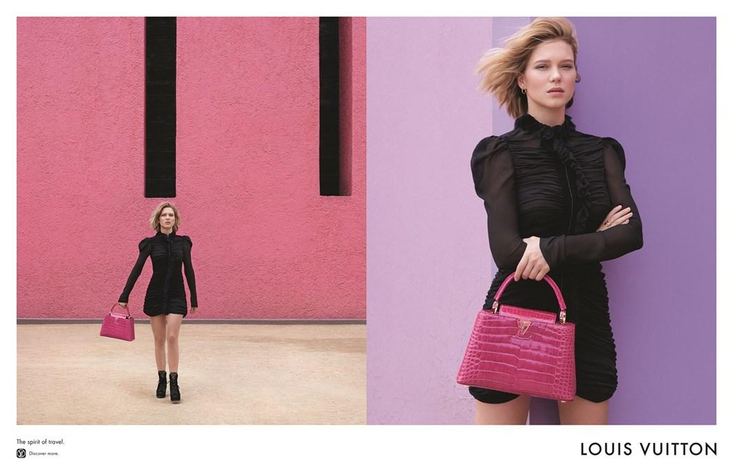 Dwa zdjęcia młodej dziewczyny, jest ubrana w czarny kombinezon trzyma różową torebkę. Na jednym jest oddalona i pokazana na tle różowej ściany a na drugim jest bliżej i stoi na tle fioletowej ściany
