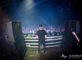 zdjęcie od tyłu DJ-a grającego na festiwalu Audioriver, publiczność
