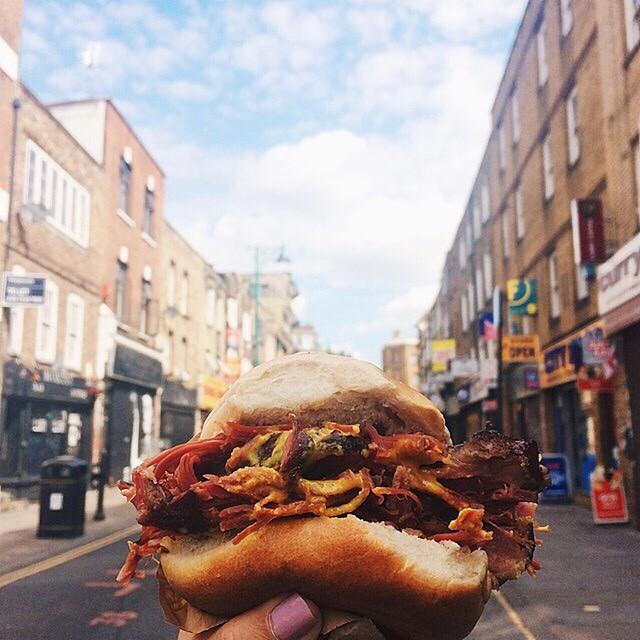 Wołowy bajgel na tle ulicy w Londynie