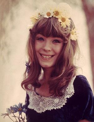 młoda Pamela des Barres, długie blond włosy, wianek we włosach