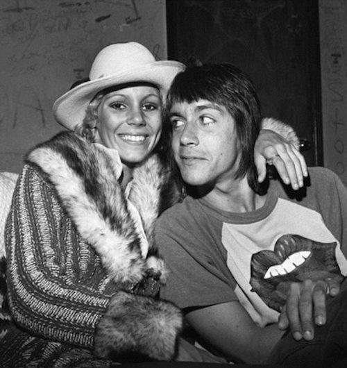 Iggy Pop z młodą Sable Starr ubraną w płaszcz z futrem i biały kapelusz