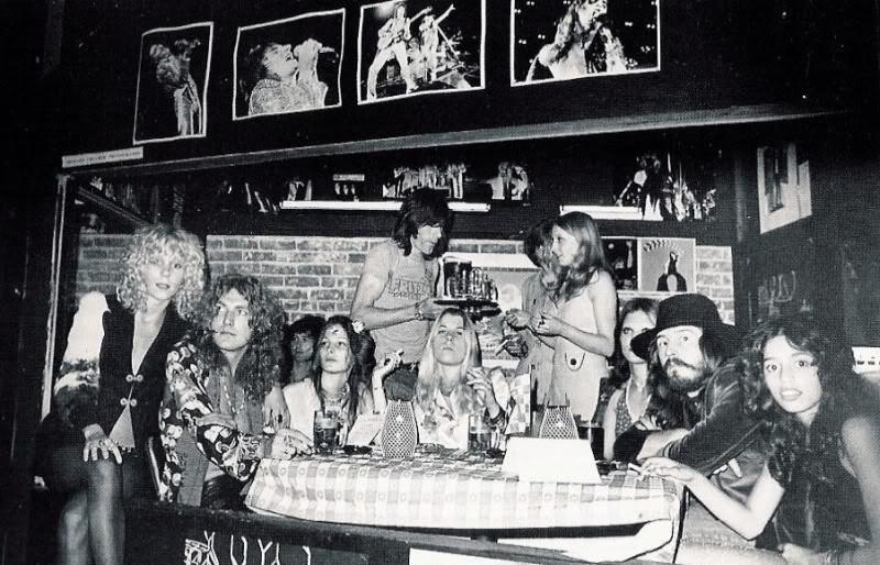 groupies Sable Starr i Lorri Mattix z muzykami Led Zeppelin w barze na imprezie