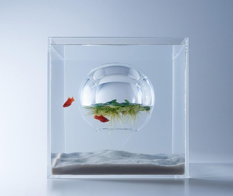 kula z powietrzem zawieszona w akwarium