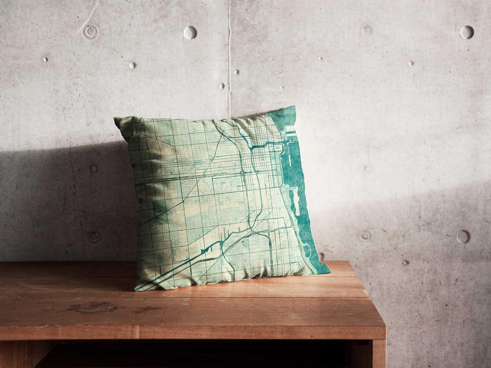 Poduszka z siatką ulic na tle szarej ściany
