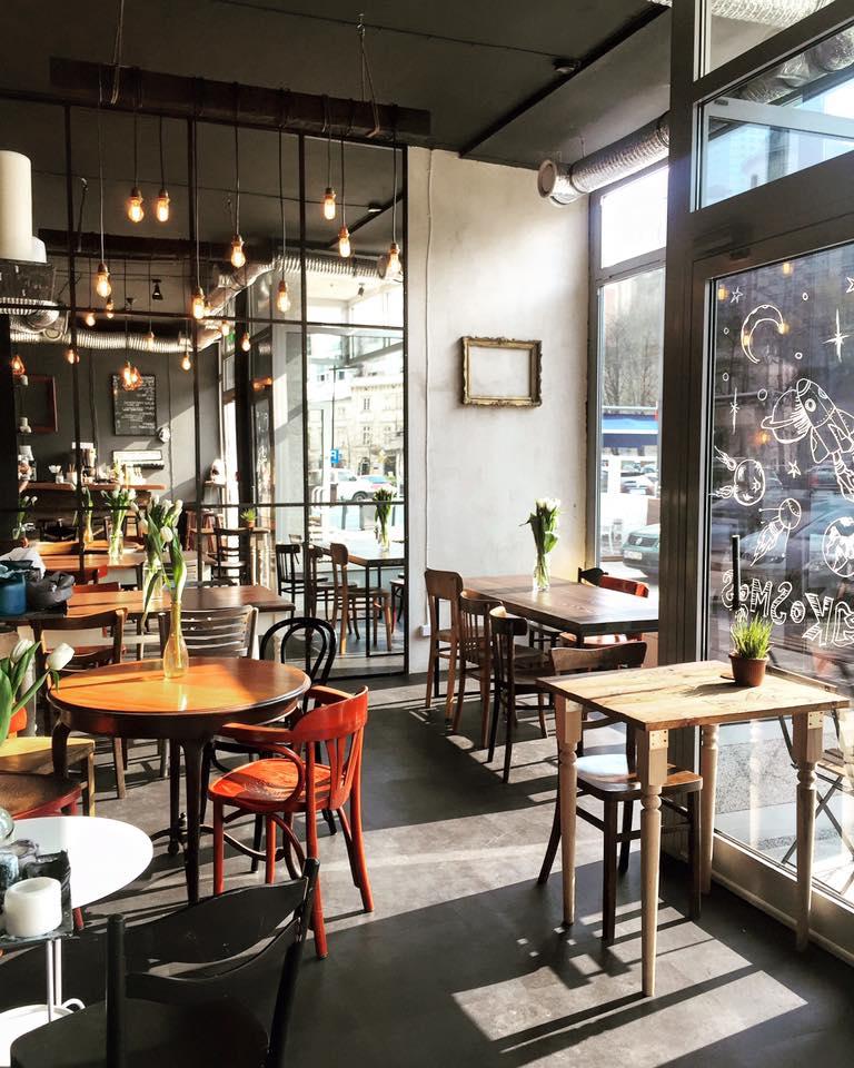 wnętrze restauracji kosmos, jasne pomieszczenie