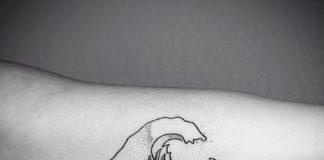 tatuaż wykonany jedną linią przedstawiający falę