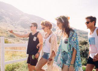 cztery osoby w okularach na łące w słońcu