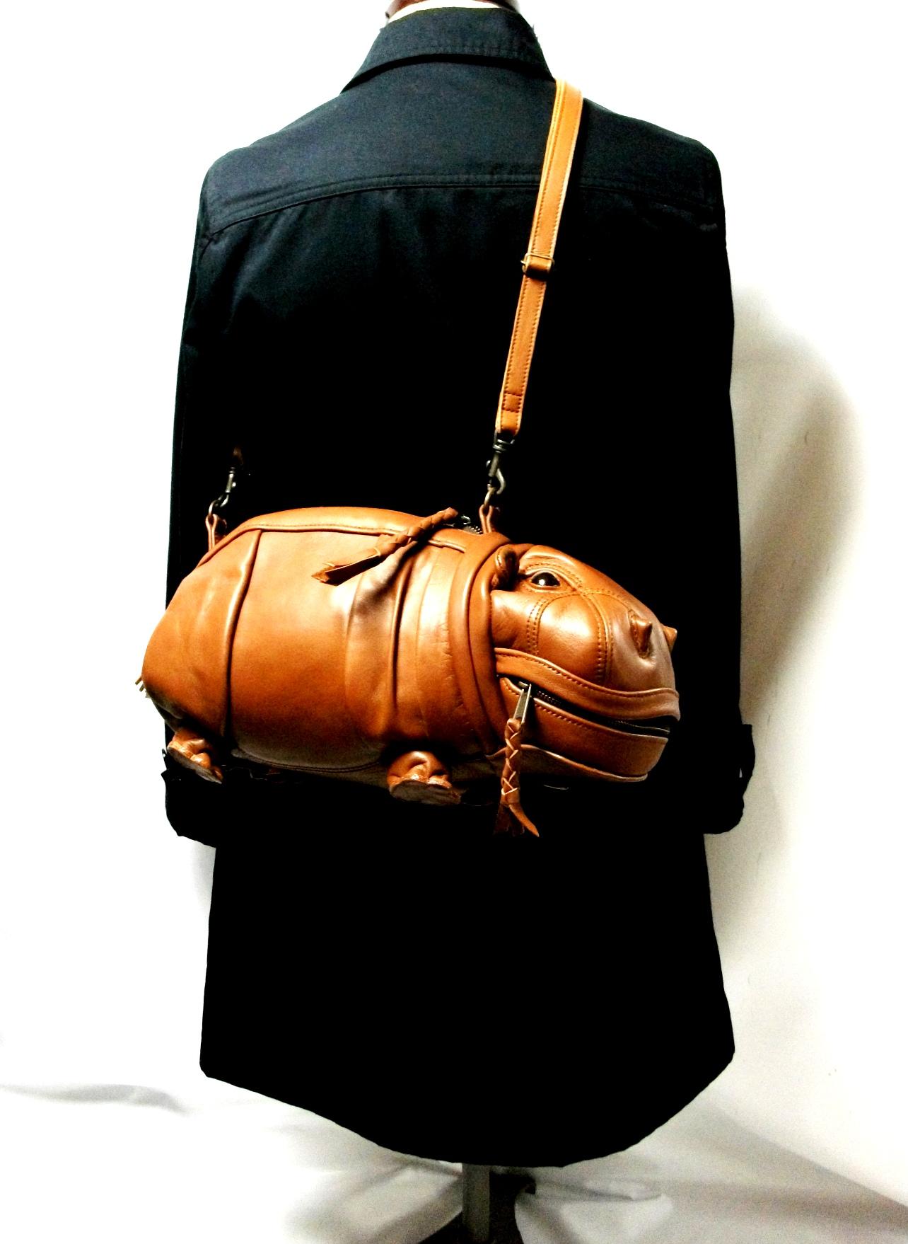 czarny płaszcz z torebką w kształcie hipopotama