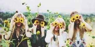 dziewczyny w hipsterskich ciuchach i kwiatki