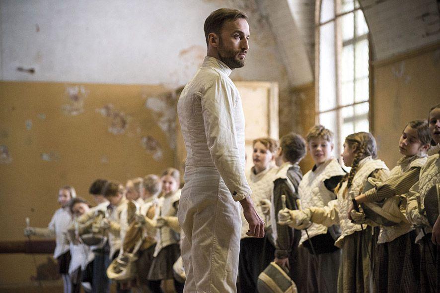 film Szermierz, Endel Neils przed grupą uczniów na sali gimnastycznej