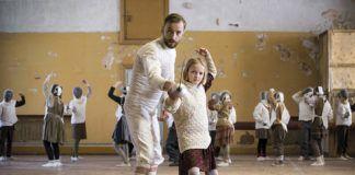 film Szermierz, Endel Neils uczący młodą uczennicę szermierki