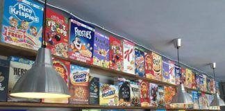 półka z płatkami śniadaniowymi z całego świata
