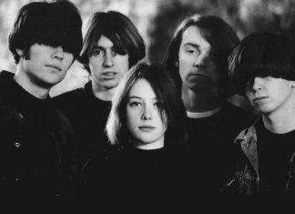 zespół slowdive, wszyscy ubrani na czarno, zdjęcie czarno-białe