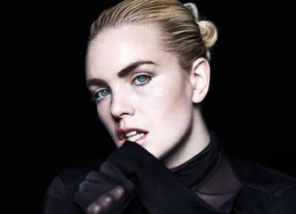 Blondynka w czarnej bluzce z siateczki