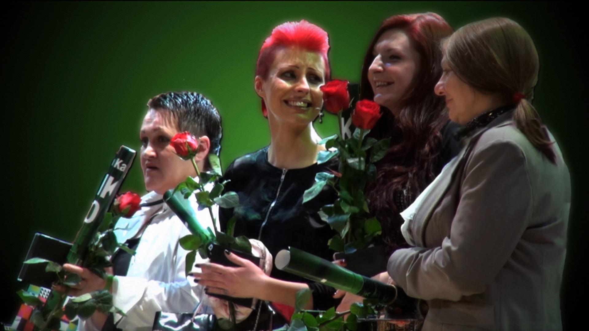Kobiety z kwiatami, kobieta z czerwonymi włosami, kobieta w białej bluzce