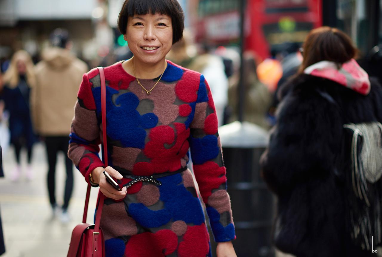 Angelica Cheung, ubrana w kolorową sukienkę