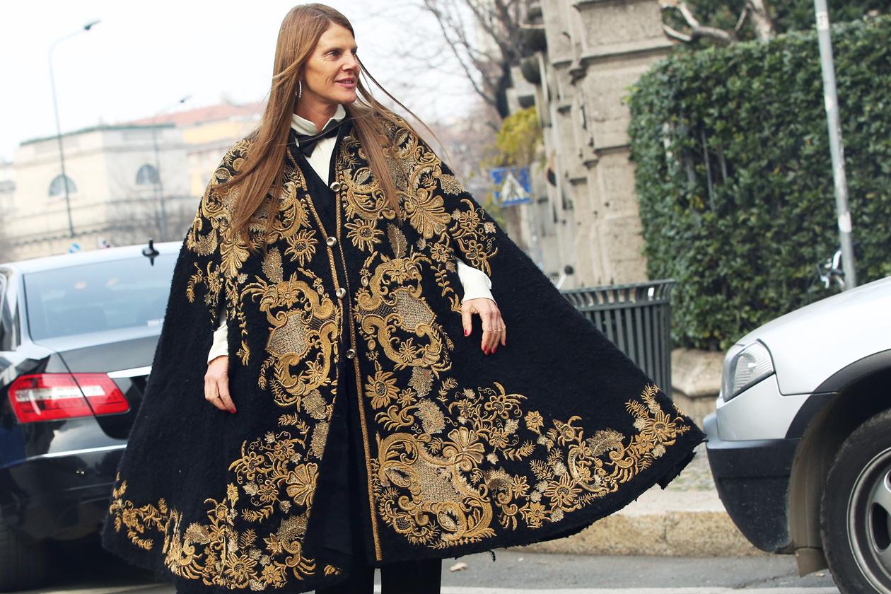 Anna Dello Russo, ubrana w czarno złote poncho